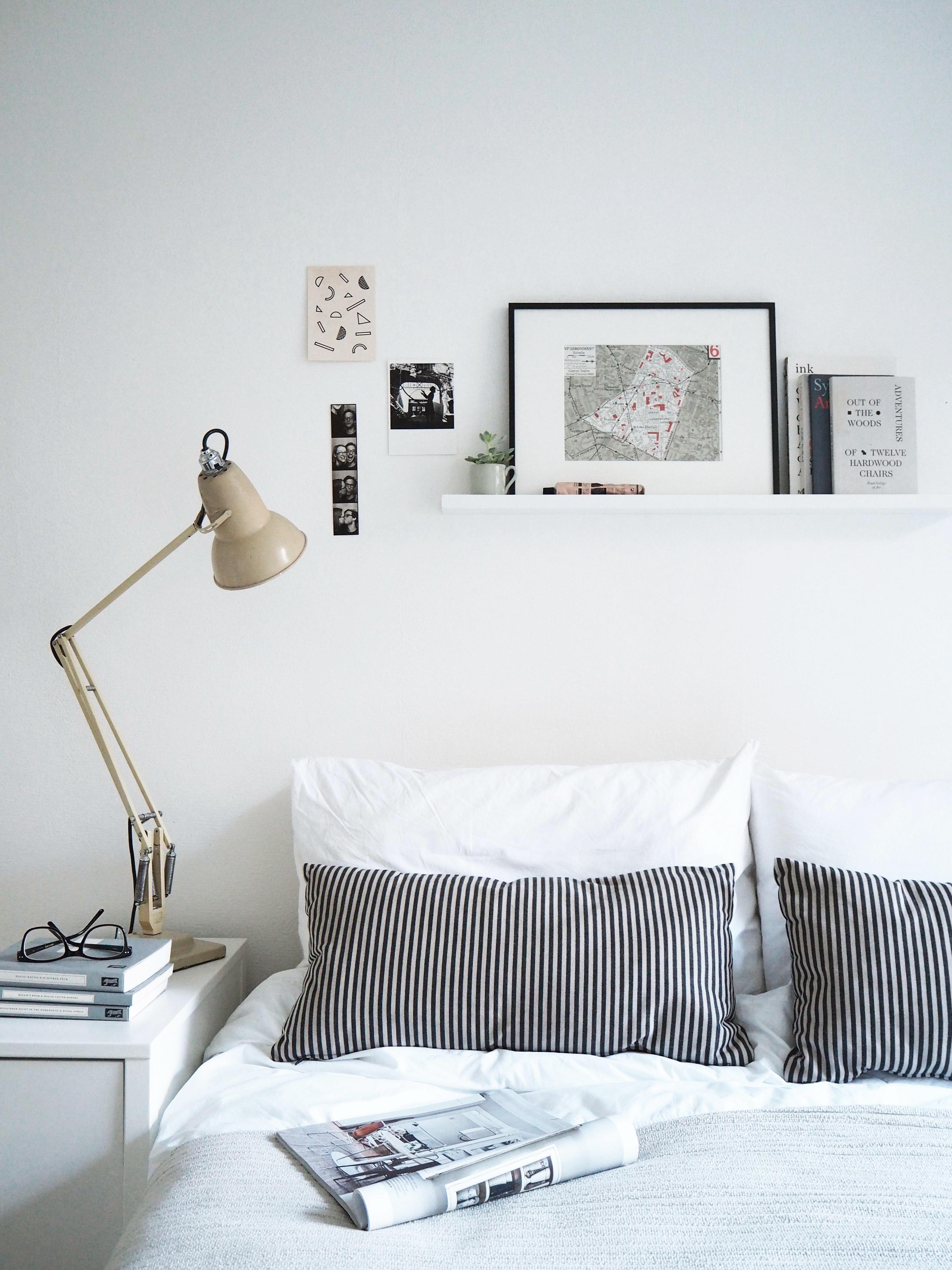 home tips styling a picture ledge bedroomideas minimalistische slaapkamer minimalistische decoratie slaapkamer