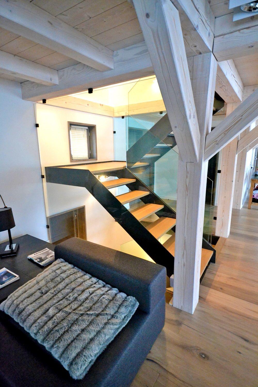 escalera abierta en forma de u con zancas laterales. Black Bedroom Furniture Sets. Home Design Ideas