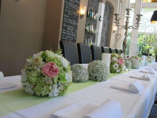 Tischdeko mit verschiedenen Blütenkugeln