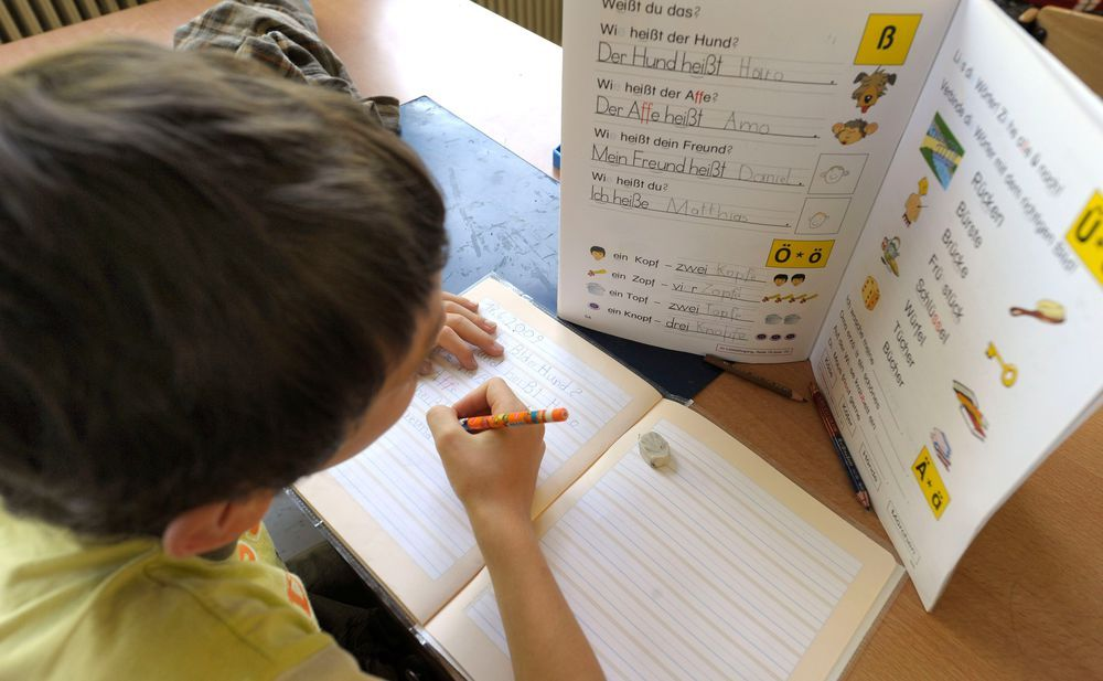 Schreibkrämpfe Das Schreiben mit der Hand verschwindet im Zeitalter von iPhones und WhatsApp zunehmend aus unserer Alltagskultur. Experten warnen jedoch davor, die Kulturtechnik aus dem Schul- und Bildungssystem zu verdrängen. Denn die Handschrift hilft Kindern mehr, als man annehmen könnte.
