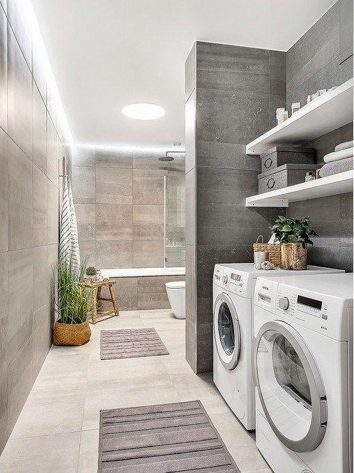 Jolie salle de bain avec espace pour la laveuse et la sécheuse