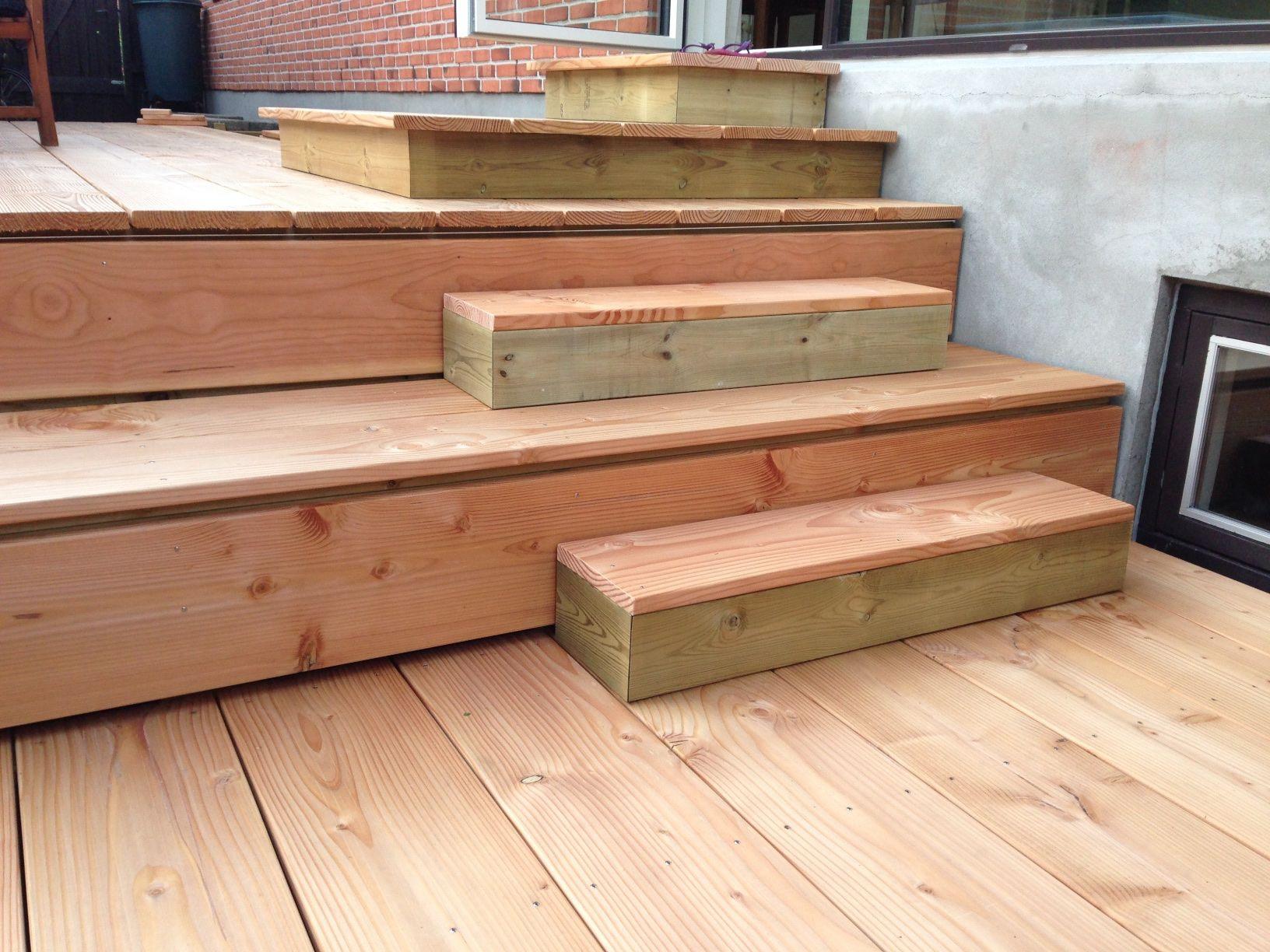 Træterrasse i niveauer - udført i brede planker i douglas gran. De ...