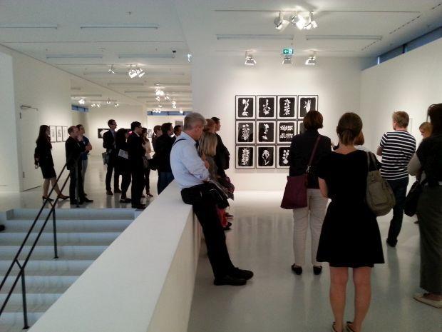 """Insights """"Social Media, Kunst + Finanzen"""" am 23.06.2014: Art Foyer der DZ Bank, Ausstellung """"Blütezeit"""", Führung mit Daniel Schierke #smcffm"""