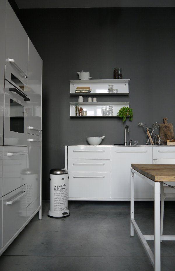 cocina, muebles lacados color blanco, paredes pintadas de color gris ...