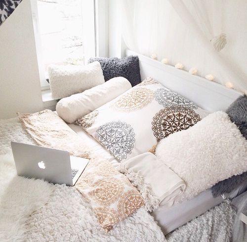 Viele Kissen im Schlafzimmer und Bett. | Schlafzimmer einrichten ...