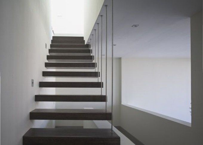 Construcci n de una casa inclinada de hormig n en for Construccion de una escalera de hormigon