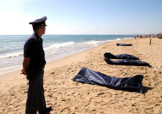Poliisi vahti lauantaina Sisilian Cataniassa turistirannalle huuhtoutuneita ruumiita. Kuusi kuoli ja noin sata pelastui, kun ilmeisesti syyrialaisia kuljettanut laiva haaksirikkoutui.