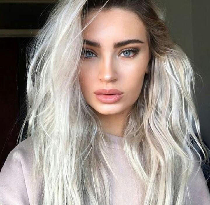 Cheveux Gris Blond Platine Modèle De Coiffure De Leurope