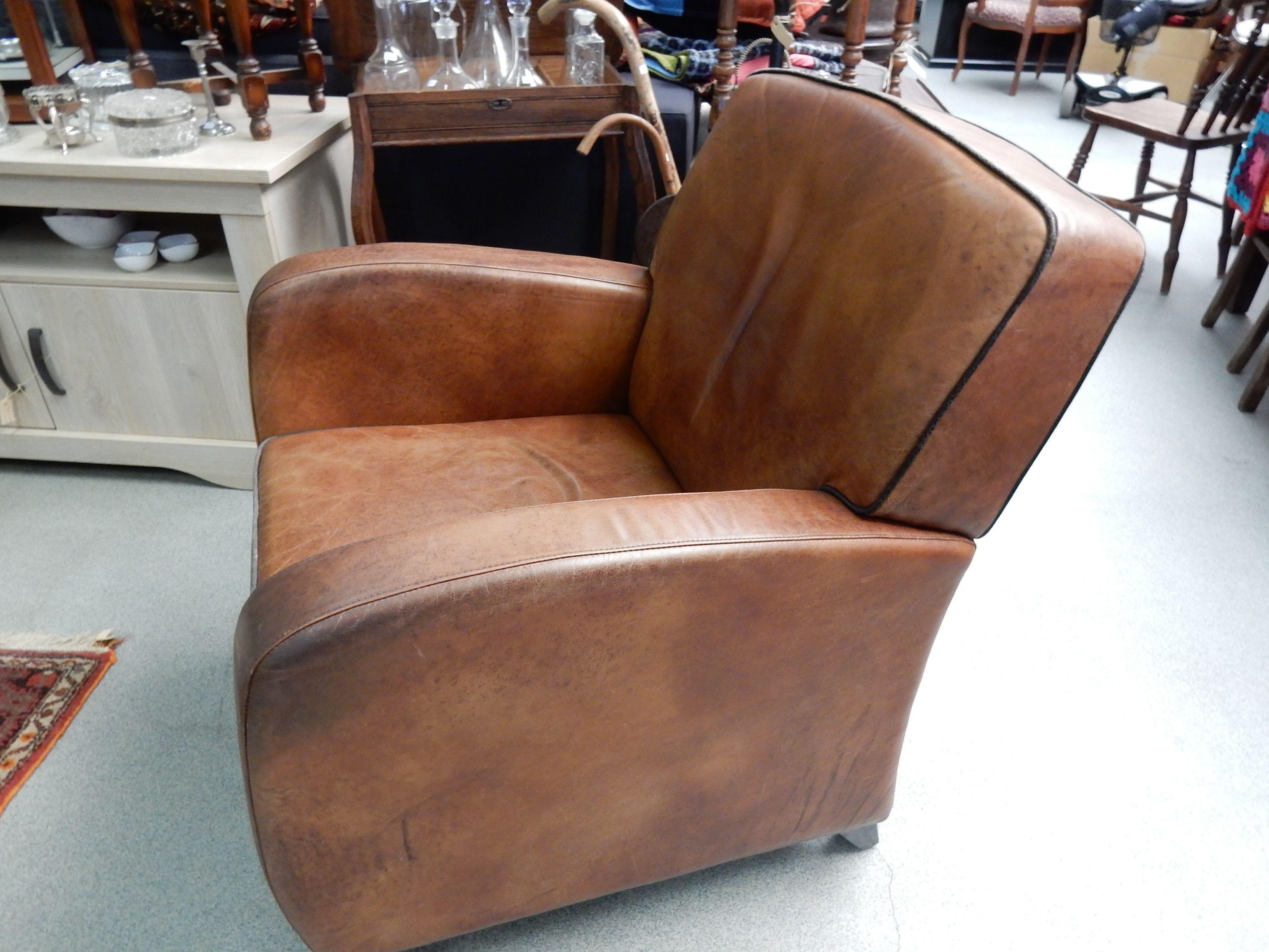 Stoer doorleefde bruin lederen fauteuil mooi voor een ruimte met