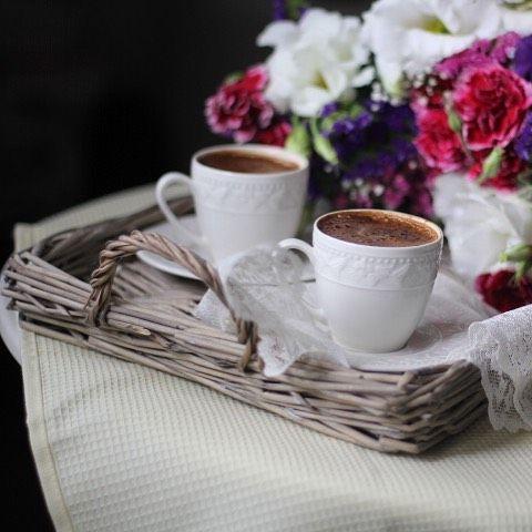 """Bugün """"Romantik Sonbahar"""" buluşması sayesinde samimi sohbetlerin olduğu, sıcacık, sevgi ve sürprizlerle dolu bir gün geçirdim☺️birbirinden tatlı insanlarla tanıştım👭ve özlediklerimle hasret giderdim☺️eee şimdi bu güzel günün ardından bir fincan kahveye nasıl hayır diyeyim?☕️☺️ 💫Keyifli,Mutlu akşamlar diliyorum😌"""