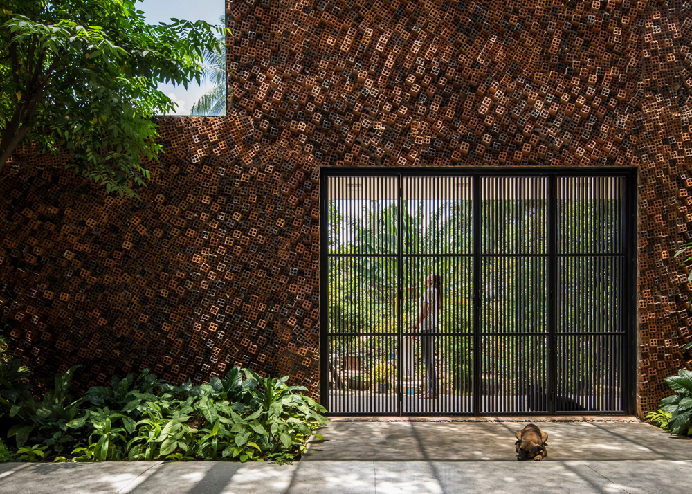 Hole Punctured Bricks Bring Air And Sunlight Into Wall House A Multi Generational Family Home In The Vietnamese City Of Bien Hoa In 2020 Brick Architect City House
