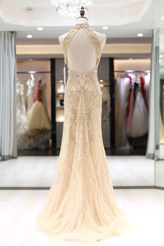 4711116fa838 Une robe soirée sirène avec dos largement découpé forme goutte d eau. Ooops  là