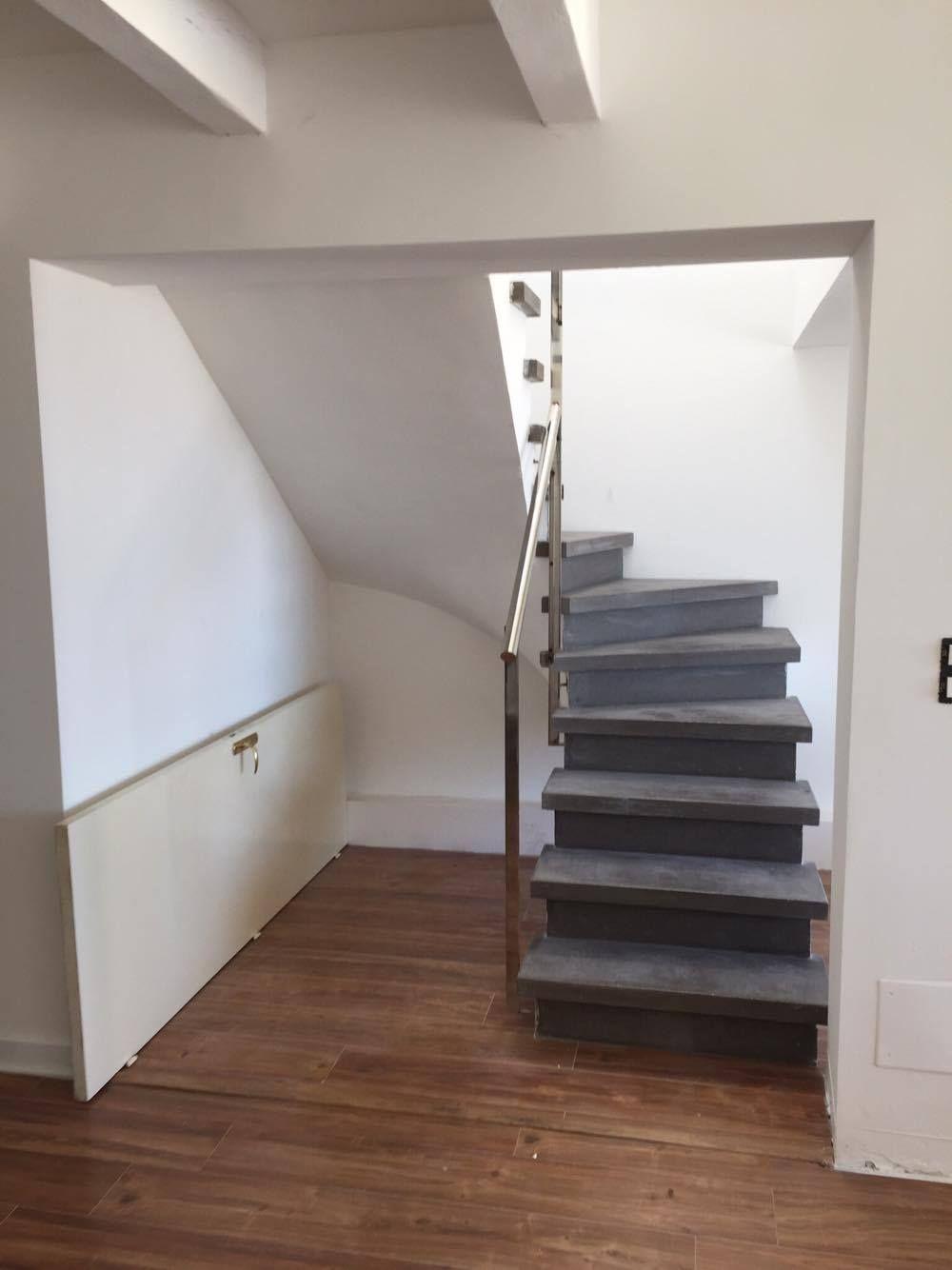 escalier b ton teint gris anthracite 2 4 tournant nez de marche carr vo te sarrasine. Black Bedroom Furniture Sets. Home Design Ideas