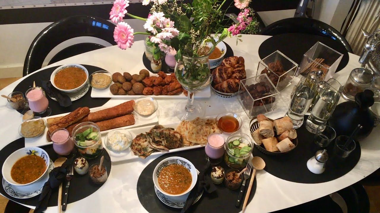 اجيو تفطرو معايا اونحضرو معا ب عضنا مائدة إفطار سهلة او شهية Youtube Food Recipes Table Settings