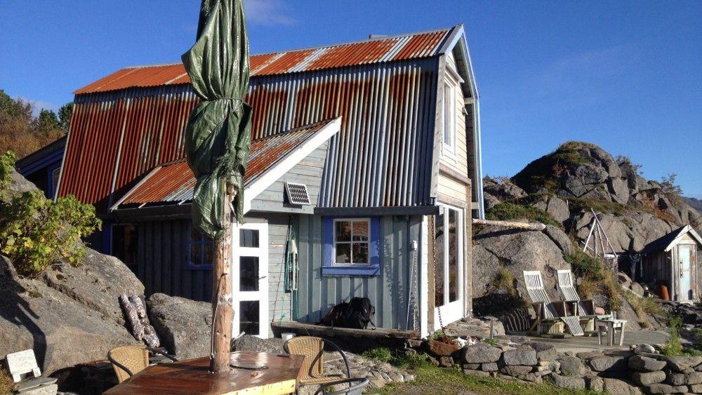 Myriam Borst bor på øde øy i Vesterålen - I 20 år har Myriam Borst Leon Wechgelaer bodd i dette naustet på Storskjervøy utenfor Stokmarknes....