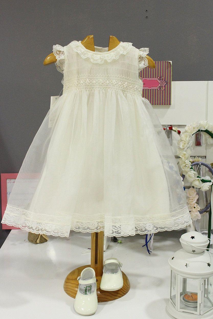 5f3bdb1cb Vestido de bautizo para niña de organza marfil con puntillas ...