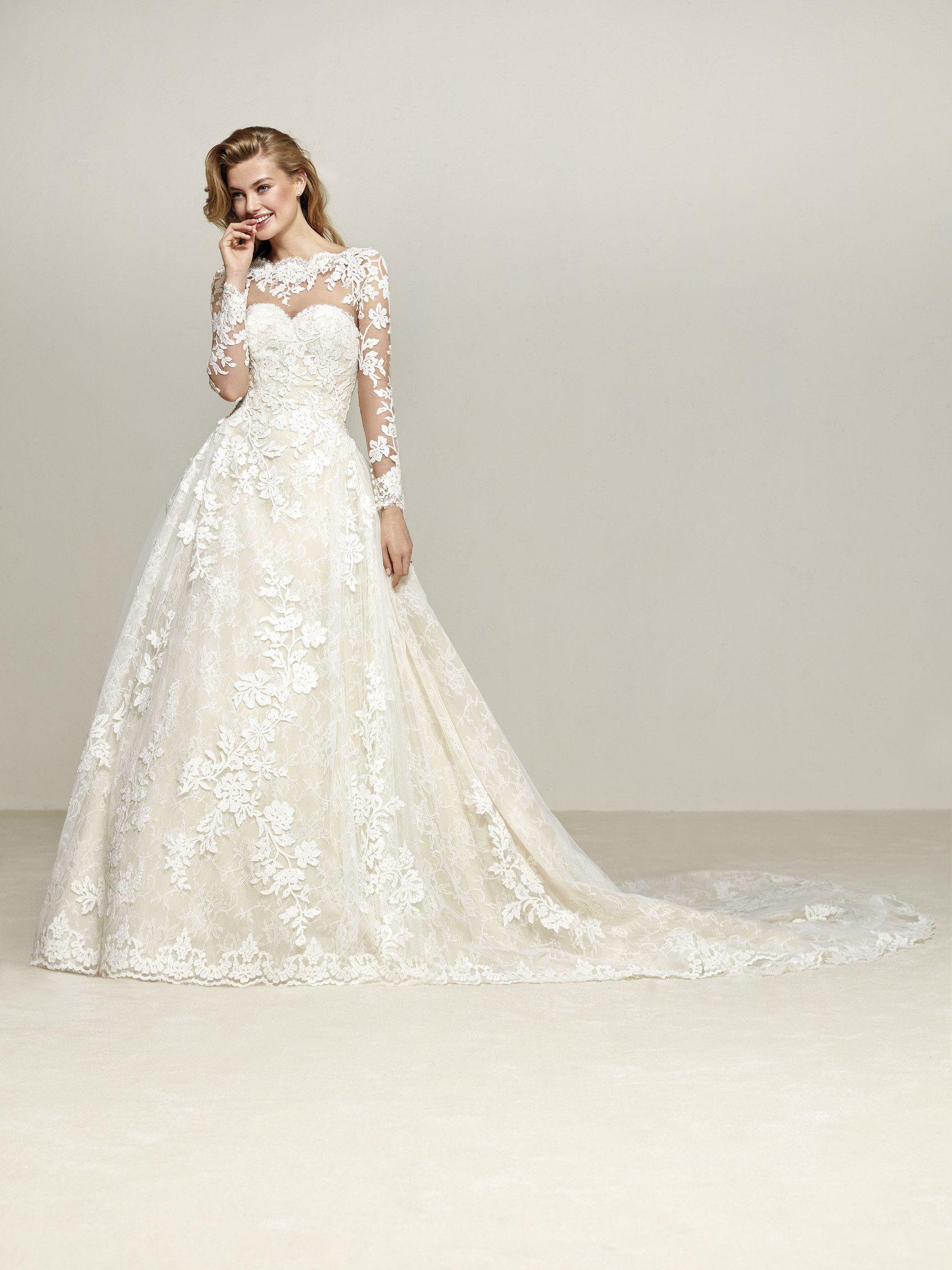 6305b8b5d Drumsa es un vestido de novia mágico de manga larga. Romántico diseño  princesa en acajes y bordados. Gran falda princesa con cola. Pronovias