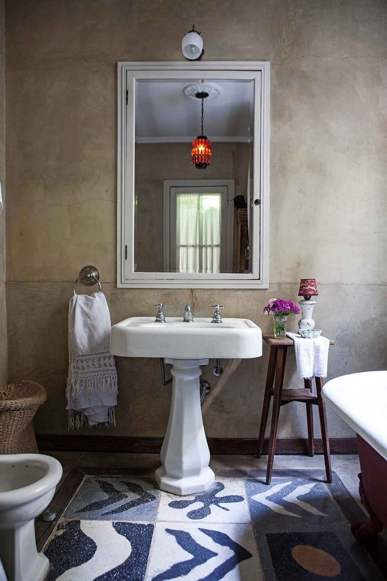 Una casa chorizo reciclada para brillar ba o ba os for Banos antiguos decoracion