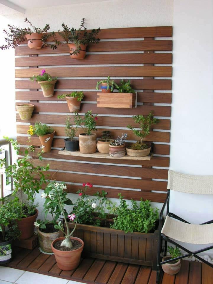 Una forma f cil de colgar las macetas en una terraza con for Jardines pequenos pegados a la pared