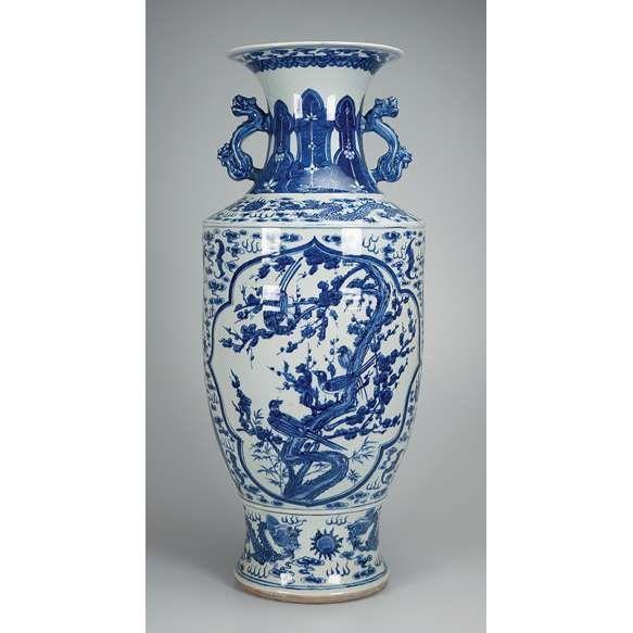 jarro de porcelana azul e branca decorado nas duas reservas com paisagem e pssaros duas