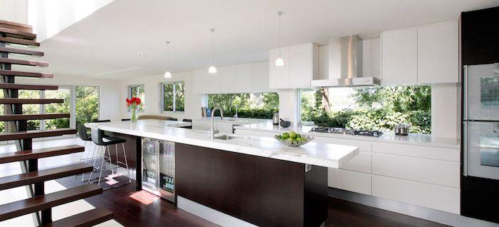 Marmor Arbeitsplatte in weißer Farbe, offene Küche mit Kochinsel - weisse kueche mit kochinsel