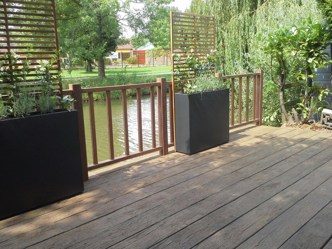 Vlonder! terras aan de waterkant. particulier project. groenergras