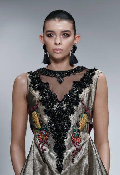 Malli kulkee kiitotielle, jonka Jeem on muotoillut Muoti-DNA Pakistanin näyttelyssä Fashion Scoutissa Lontoon muotiviikon helmikuussa 2017 ...