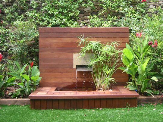 Jard n con fuente exterior de madera fuentes pinterest for Fuentes de agua para jardin exterior