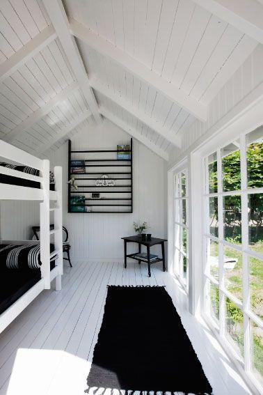 Une maison de plage en noir et blanc