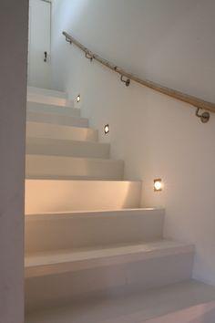 Spotjes langs de trap, ik zou kiezen voor een iets andere uitvoering ...