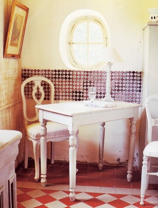 love the warmth of red and vanilla and oh! those tiles