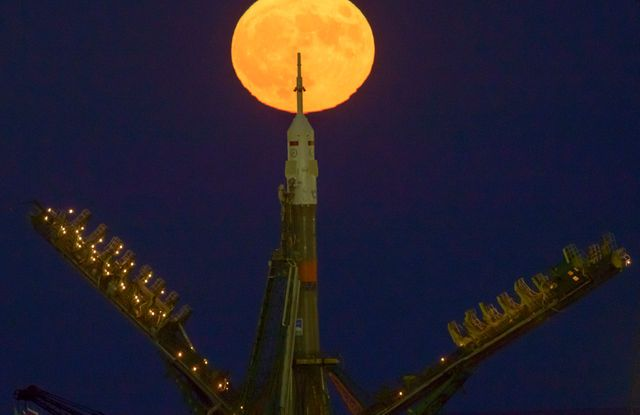 Watch a Spectacular 'Supermoon' Rise Over Russia's Soyuz Spacecraft (Video)