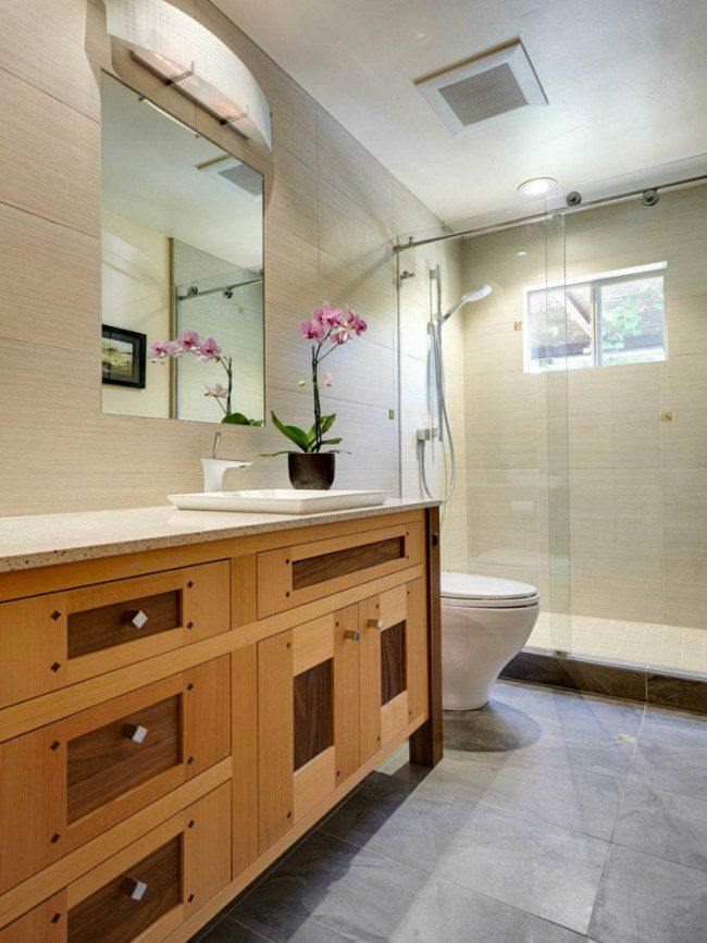 carrelage mural beige, meuble de rangement en bois massif et miroir