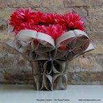 Florero con tubos de papel reciclado