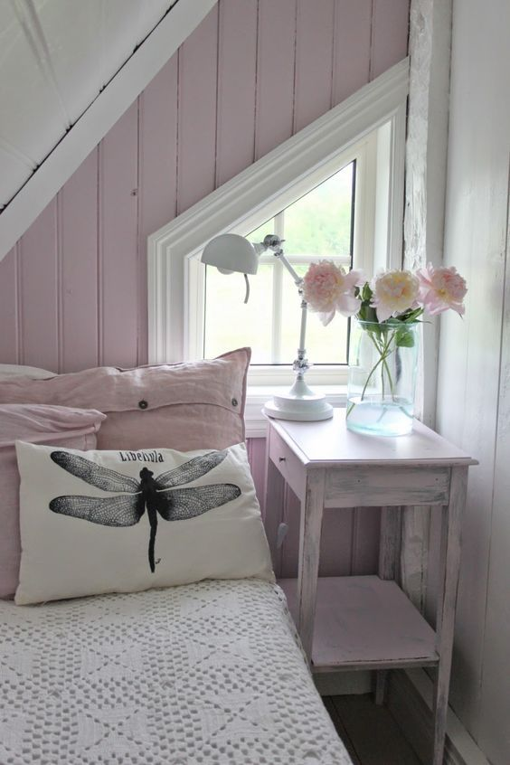 Pretty tiny attic bedroom, kleine zolderkamer maken. Logeren ...