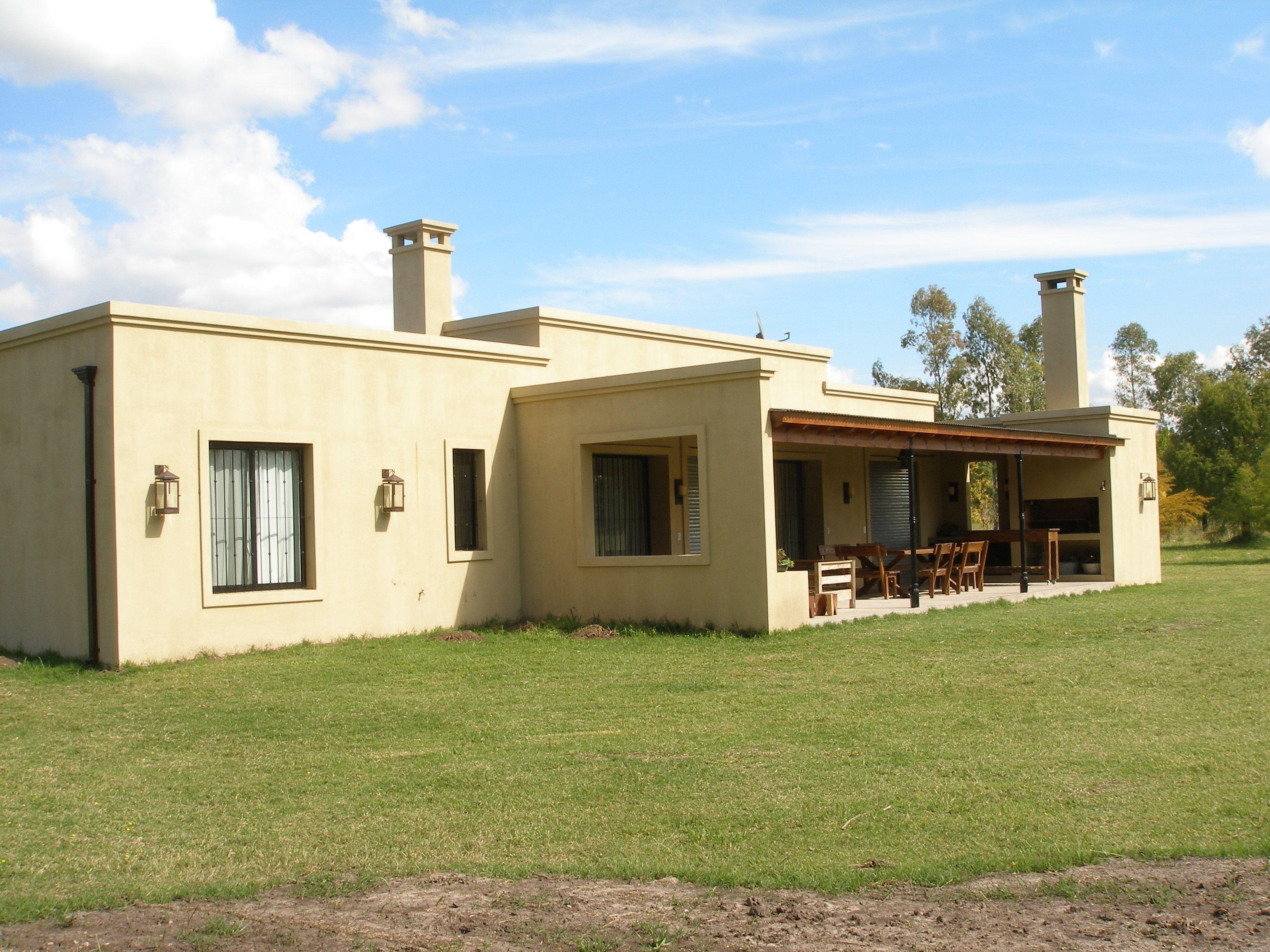 Casa en el campo con galer a amplia y protegida estudio for Fachadas casas de campo campestres