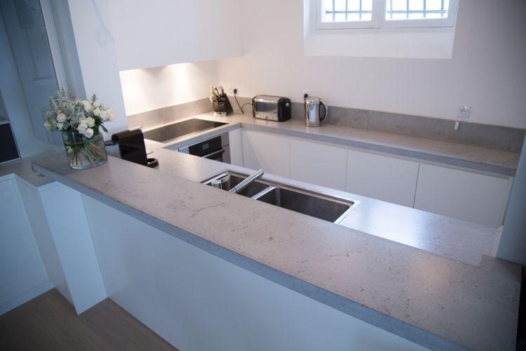 plan de travail en béton ciré et peinture murale blanche dans la petite cuisine