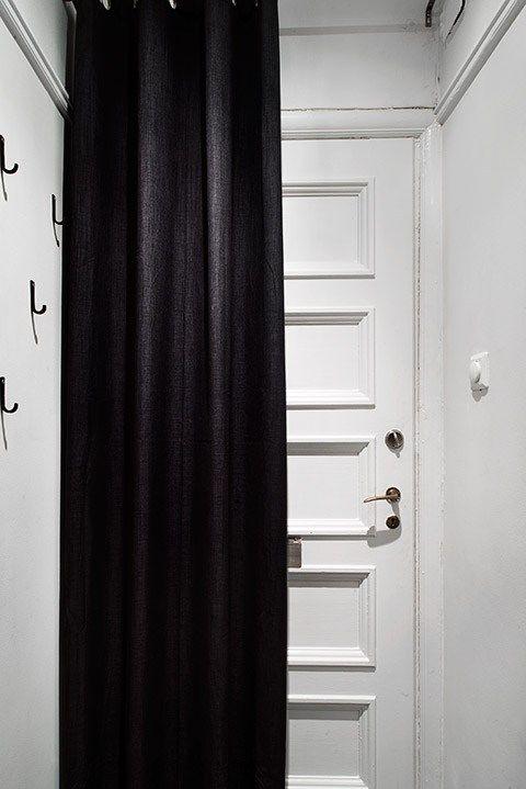 Si Votre Entree Donne Dans Votre Seule Et Unique Piece La Porte D Entree Peut Etre Cachee Avec Un Rideau Pour Evi Rideau De Porte Entree D Appartement Rideaux