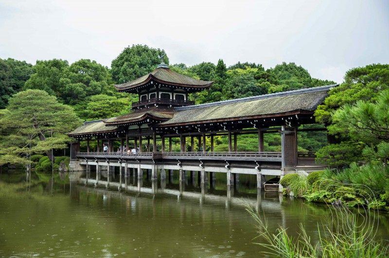 Taihei-kaku the Bridge of Peace at the Heian Shrine Gardens, Kyoto - chinesischer garten brucke
