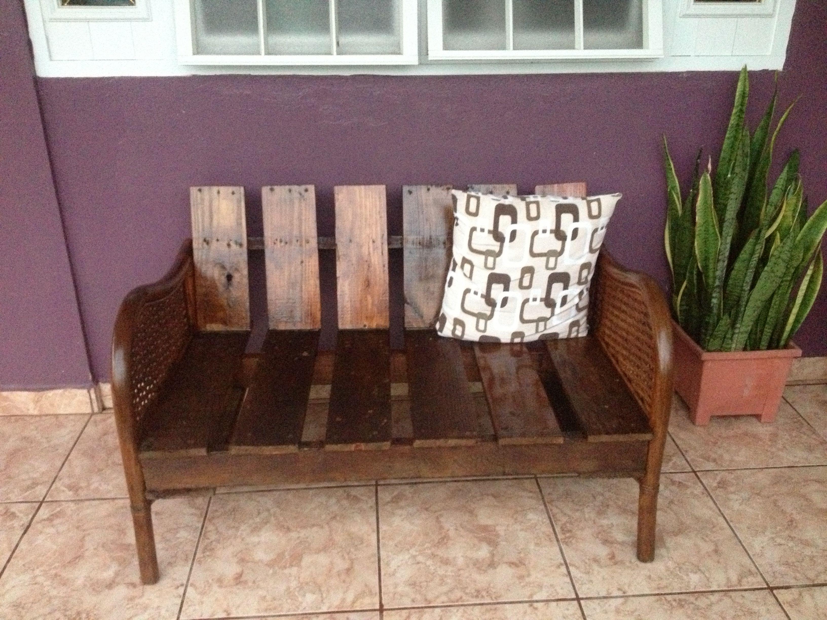Otro bello mueble que hice con paletas de madera y brazos de ratan reciclados que una persona tiro a la basura un poco de varnish y bualaaa jejenje que lo disfruten