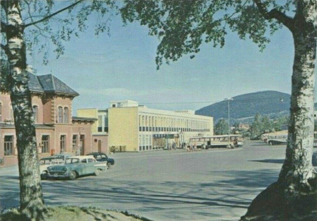 Oppland fylke Lillhammer jernbanestasjonen fra baksiden  Bil/busser utg Mittet ca 1960