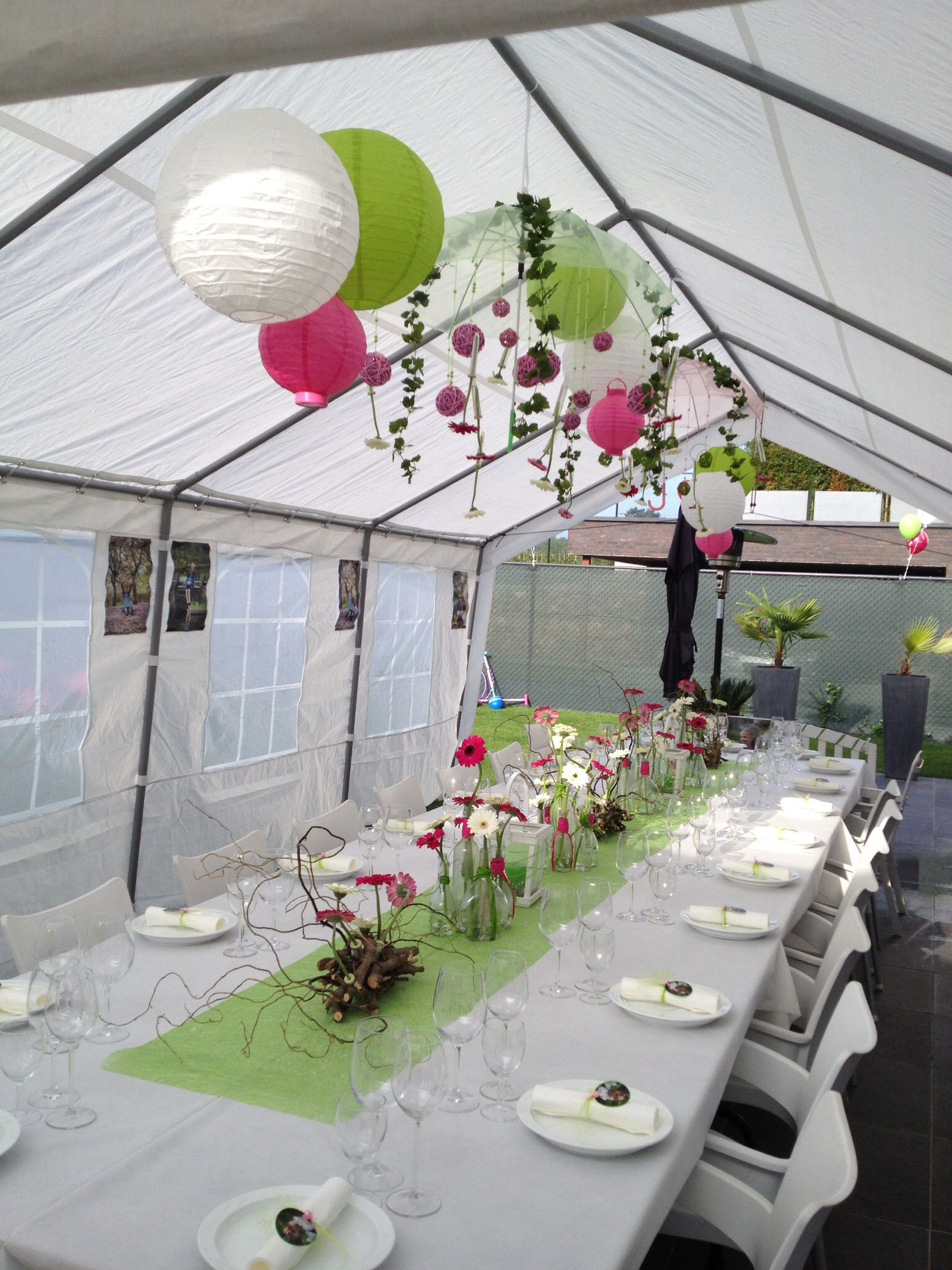 Communie outdoor decorations tent gerbera flessen for Outdoor party tent decorating ideas