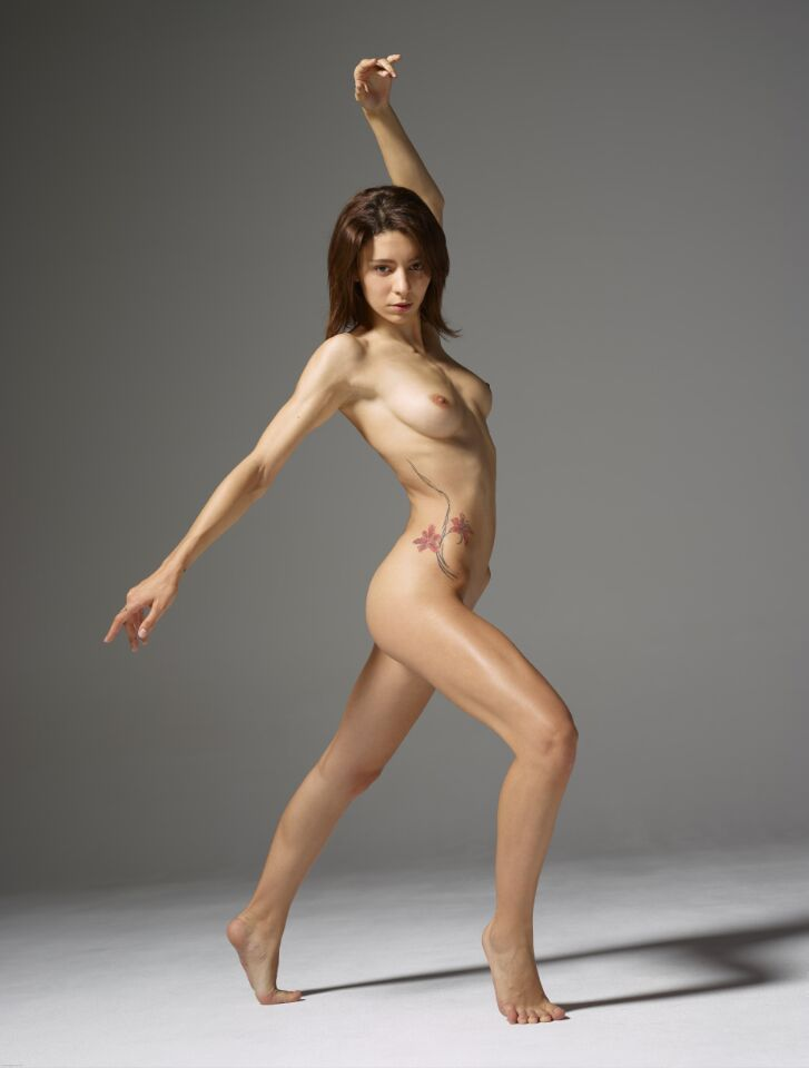 Polyarticular moveable nude female body