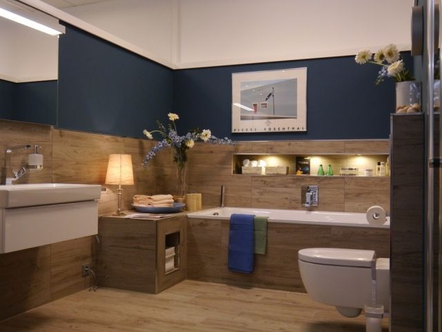 badezimmer rustikal fliesen holzopzik marineblaue wandfarbe Bad - wandgestaltung bei weien fliesen
