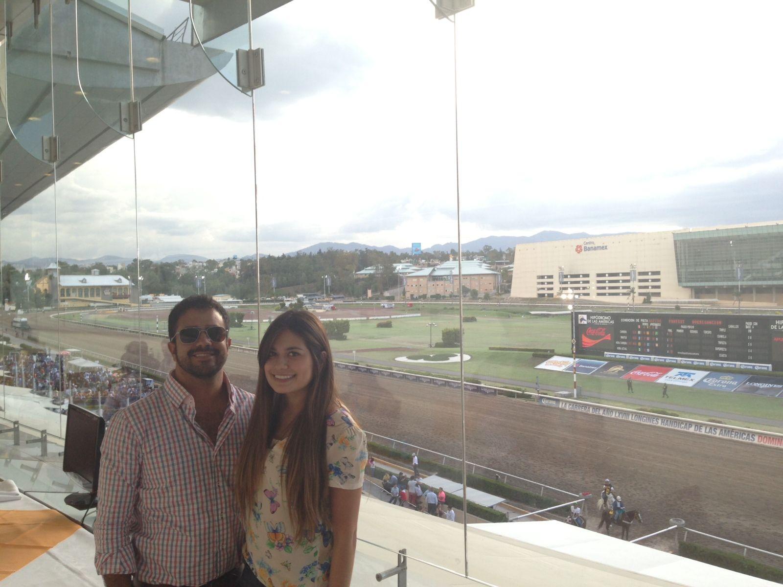 Daniel Loyola, con su novia Gabriela Rocha, aprovechando el solecito con su nueva Maauad en el Hipódromo de las Américas.