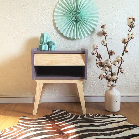 Table de chevet, scandinave et vintage, table de nuit, guéridon, bois, coloris mauve, modèle Basile