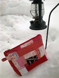 Punainen paroni -tilkkupussukka lumella