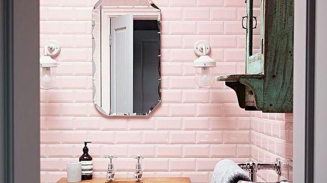 salle-de-bains-annees-50-avec-carrelage-rose-meuble-vintage-miroir