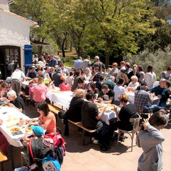 Repas convivial au camping éphémère du Domaine des Danjean