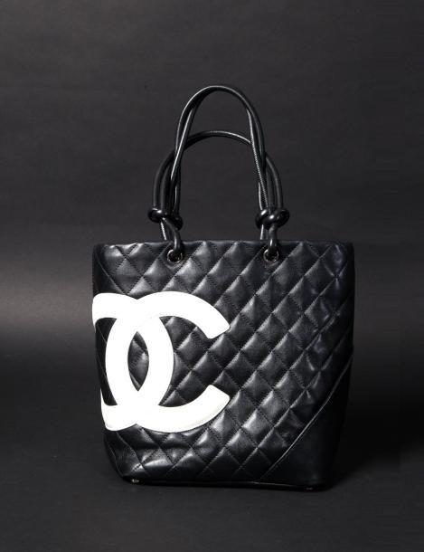 3a5dc35c1a37  CHANEL Sac shopping collection Cambon petit modèle en cuir noir matelassé,  double C en cuir blanc surpiqué, fermeture zippée, 20 x 25,intérieur en  doublure ...